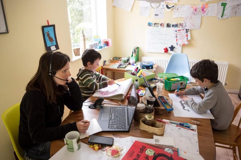 封鎖期間的停課規範加劇婦女的失業和辭職率,在家工作時女性比起男性會更傾向分神去教育、照顧孩子,承擔了除帶薪工作外更多的無薪家務。(法新社)