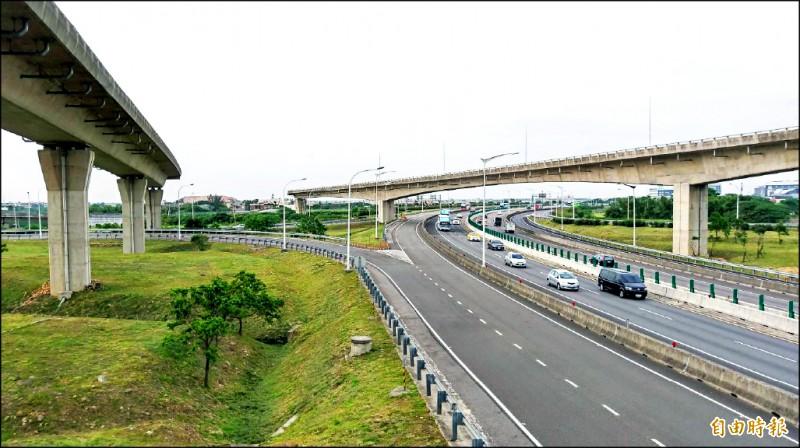 國二甲線工程因故中斷,造成大園交流道天空斷橋,對地方交通影響甚大。(記者謝武雄攝)