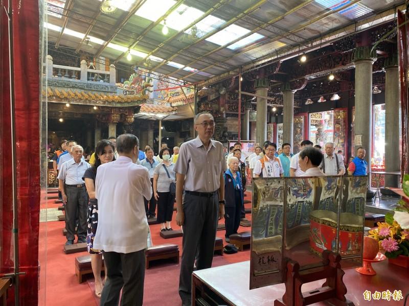 新北市副市長謝政達(前排中)至新莊地藏庵參拜。(記者陳心瑜攝)