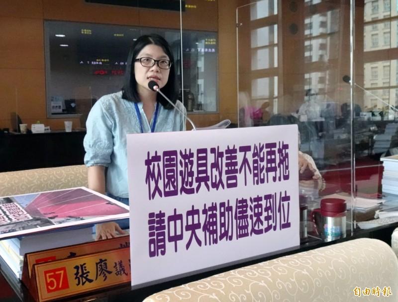 台中市議員張廖乃綸呼籲中央補助款盡速到位,以協助改善校園遊具。(記者張菁雅攝)