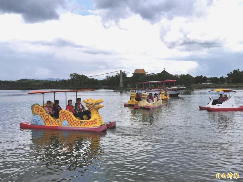 正值阿勃勒花季的虎頭埤,推出端午連假踩龍船的優惠活動。(記者吳俊鋒攝)