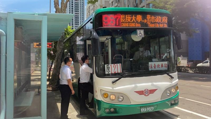 國道客運「1211長庚大學-台北市政府」納編為市區公車967線。(新北市政府交通局提供)