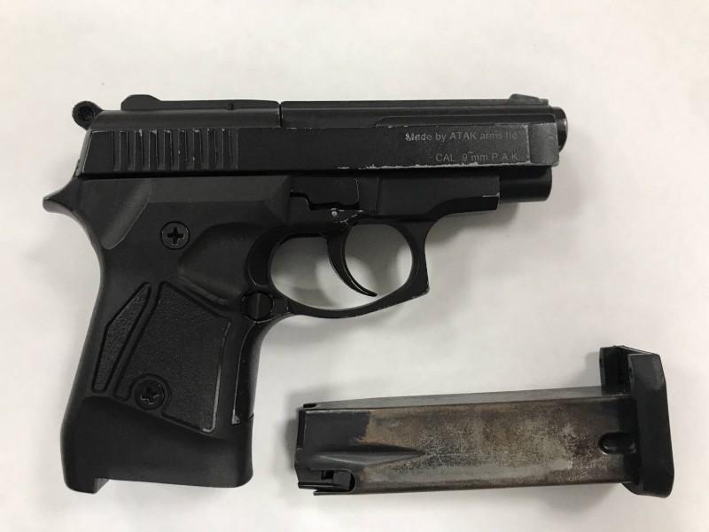 桃園市大溪老街爆槍響,圖為涉嫌開槍的陳姓男子晚間攜帶改造手槍投案。(記者李容萍翻攝)