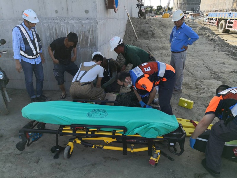 張姓工人被救起時,因無呼吸、心跳,救護人員趕緊送往安南醫院搶救。(記者萬于甄翻攝)
