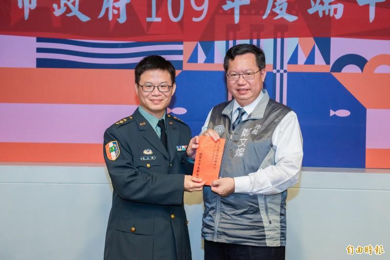 桃園市長鄭文燦頒發加菜金給陸軍化生放核訓練中心上校副指揮官戴志謙。(記者謝武雄攝)