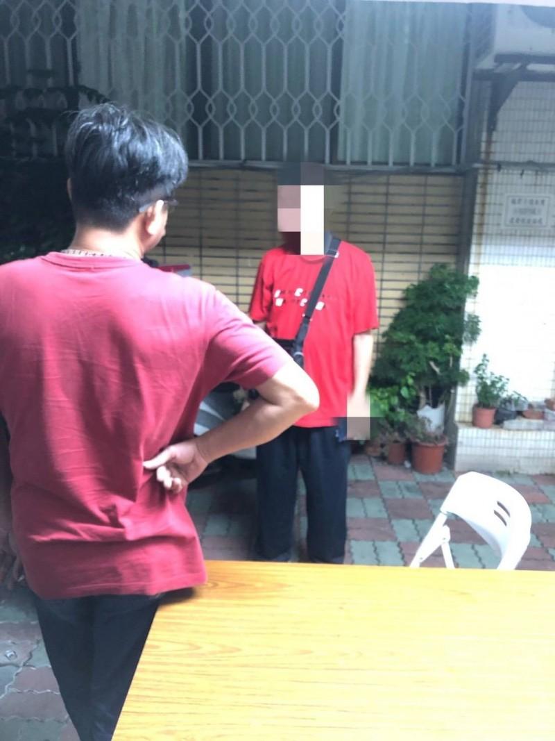 穿紅衣的趙姓男子(臉部馬賽克者)涉毆打蘇姓女子被警方通知到案說明。(記者王俊忠翻攝)