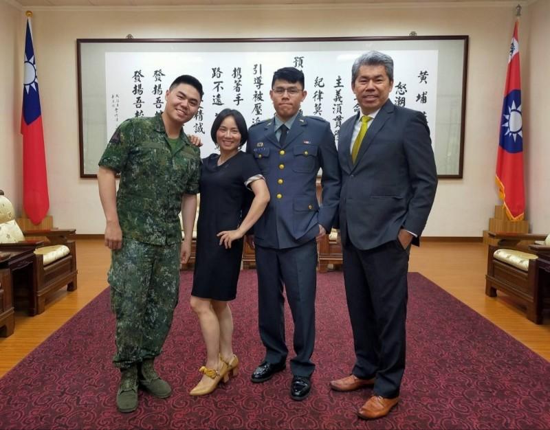 徐以樂與胞兄徐以諾(左)、父親徐柏岳(右)、母親邱慧琪(左二)一門三傑。(記者陳文嬋翻攝)