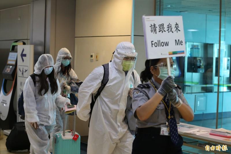 有28名台灣人將從土耳其伊斯坦堡返台。圖為波蘭航空包機載運116名滯留波蘭的國人6月7日清晨返抵桃園機場,在保全人員引導下每10人一組通關。(資料照,記者姚介修攝)