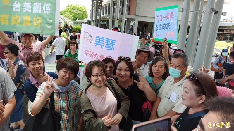 將接任台灣首位女性駐美代表的國安會諮詢委員蕭美琴,利用公務空檔回到花蓮整理行囊,21日中午到花蓮站準備北上,現場湧進許多支持者拿著手牌「心在哪裡,故鄉就在哪裡」惜別歡送。(資料照,記者王錦義攝)