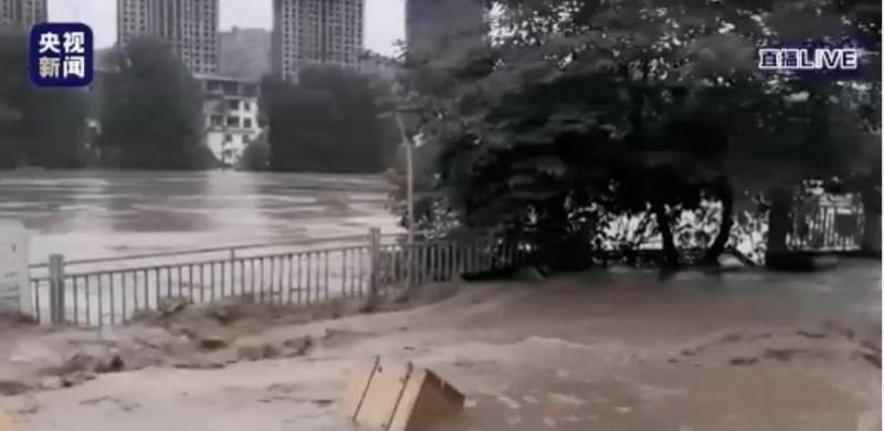重慶綦江出現1940年以來最大洪水,洪峯在下午3點半到達綦江,正在通過市區,今晚8點的洪峰超過保證水位5.34公尺,超過1940年建站以來的最高水位(1998年的205.55公尺)。(圖擷取自微博)