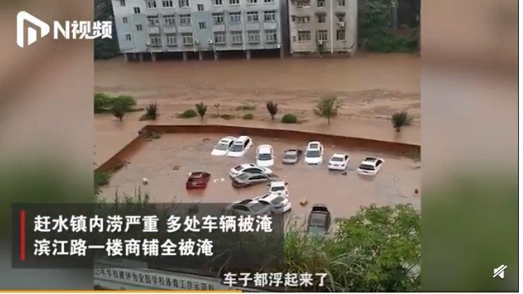 中國重慶爆嚴重洪災,多處車輛滅頂,一樓店鋪也無一倖免。(圖擷取自微博)