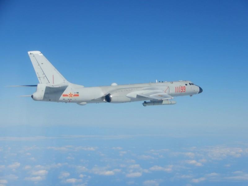 國軍在今日中午偵獲中共「轟6」轟炸機、「殲10」戰機短暫進入台灣西南空域,國軍除廣播告警外,我偵巡戰機全程掌握,並積極驅離應處。圖為「轟6」轟炸機。(資料照,國防部提供)