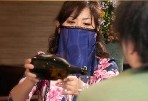 日本山形縣一家和服製造商跟一家夜總會經營者,合作開發了一種方便女公關配戴的面紗式口罩。(圖擷取自官網)