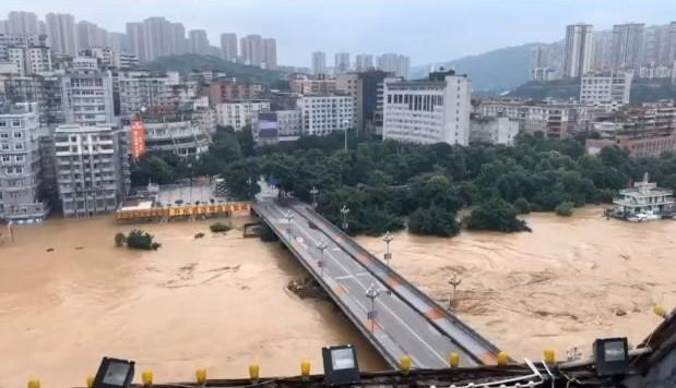 洪峰正陸續通過綦江大橋。(翻攝自微博)