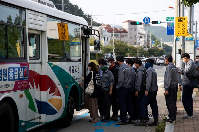 韓國為了防堵武漢肺炎擴散,從5月開始規定搭乘大眾交通運輸必須要戴口罩,近來卻屢屢發生公車司機提醒民眾戴口罩後被毆打辱罵。南韓公車示意圖。(彭博)