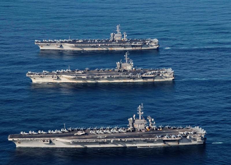 美國羅斯福號、尼米茲號及雷根號航艦打擊群集結西太平洋,目前都在菲律賓海一帶活動。照片2017年11月,3艦在西太平洋聯合演習。(路透)