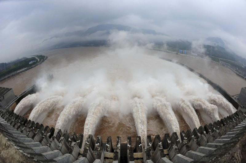 中國近日逢連續暴雨,共24省遭遇洪災,三峽大壩潰壩疑慮也再浮上檯面。(美聯社資料照)