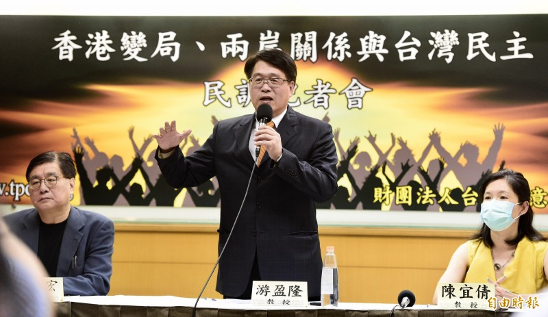 台灣民意基金會董事長游盈隆22日邀集學者專家,舉行「六月全國性民調發表會」,並就所得各項民調數據進行分析。(記者叢昌瑾攝)