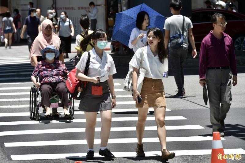 中央氣象局下午發布高溫資訊,明(23)日白天花蓮縣縱谷、台北市可能出現38度極端高溫;台東縣、新北市、基隆市、宜蘭縣則有連續出現36度高溫的機率。(資料照)