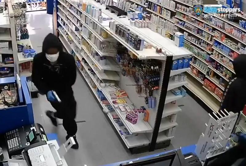 美國紐約布魯克林藥局近日遇到3名歹徒搶劫。(圖擷自NYPD Crime Stoppers推特)