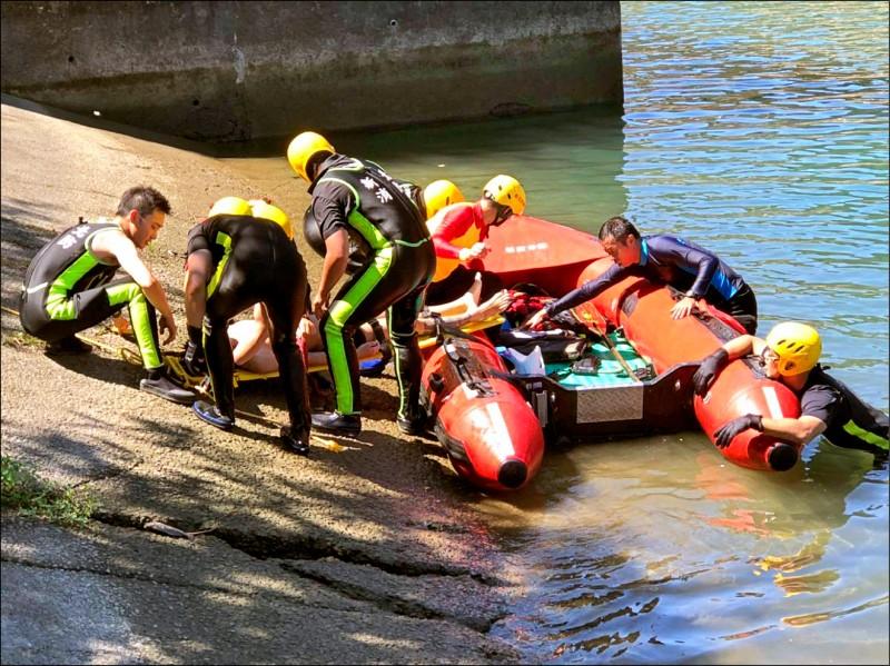 新北市新店區的南勢溪又傳意外,消防人員將溺水的羅姓少年帶上岸並立刻實施CPR,送醫搶救仍無力回天。(記者徐聖倫翻攝)
