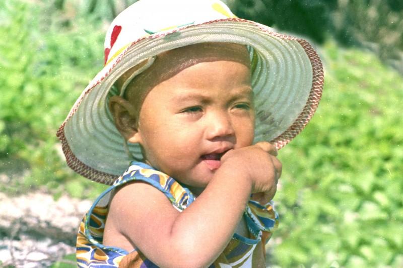 鐘清溪48年前在小琉球當兵時,所拍的寶寶吃手手照片。(鐘清溪提供)