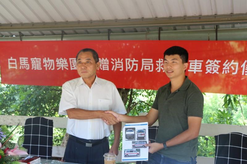 白馬董事長楊桂榮(左)捐贈台南市消防局下營分隊救護車,下營分隊長馮韋翔(右)代為受贈。(白馬寵物樂園提供)