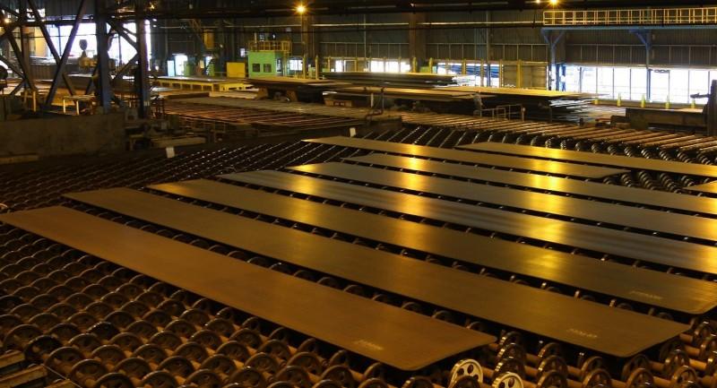 中鋼成功研製超強韌鋼板,可望用在國造潛艦。圖為鋼板冷卻區的一般鋼板產品。(記者洪定宏翻攝)