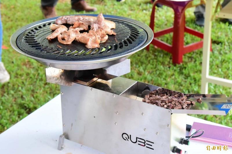 產官學合作將果樹廢枝製成「0碳排」的顆粒烤肉燃料,預計月底在募資平台上架。(記者邱芷柔攝)
