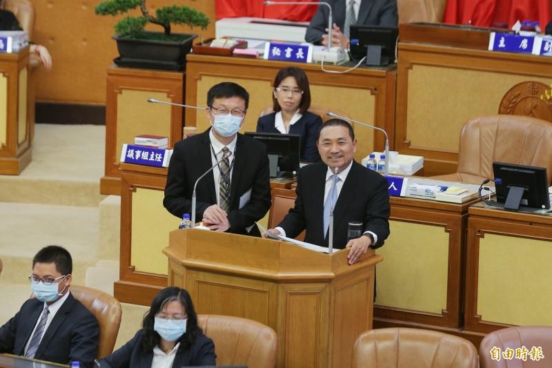 新北市長侯友宜(右)說,新北校園要完成班班有冷氣,估計約需26億元。(記者何玉華攝)