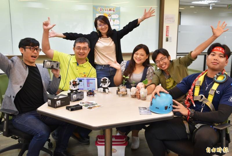 青年局長顏蔚慈(左3)表示,今年國中生也能報名暑假體驗學習營。(記者李容萍攝)