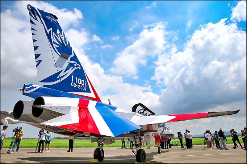 首架新式高教機「勇鷹」,昨在清泉崗機場首飛,蔡英文總統親自出席見證國人的驕傲。(中央社)