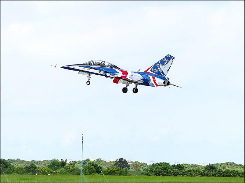 首架新式高教機「勇鷹」,昨在清泉崗機場首飛。(中央社)