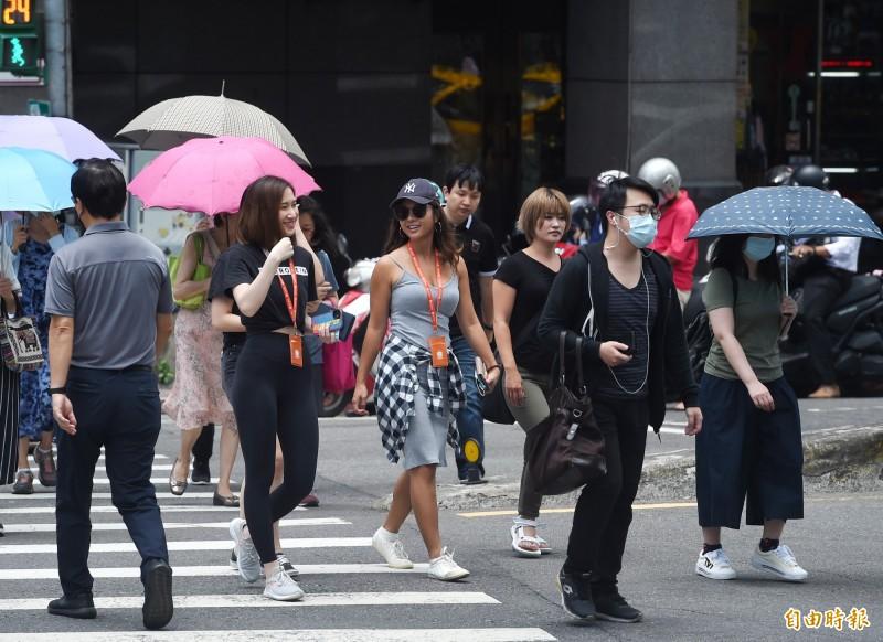 氣象局表示,今天各地大多為多雲到晴、高溫炎熱的天氣。(資料照)