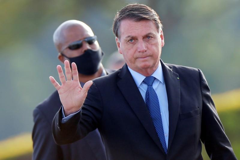 巴西總統波索納洛被法官下令在公共場所要配戴口罩,否則每天將面臨2000雷亞爾(約新台幣1.1萬元)的罰鍰。(路透)