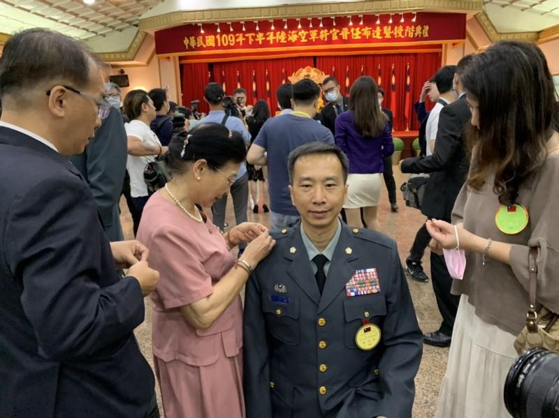 花東防衛指揮部參謀長李其桓(中)晉任少將,特別以高跪姿讓年邁的母親為他別上將星。(陸軍司令部提供)