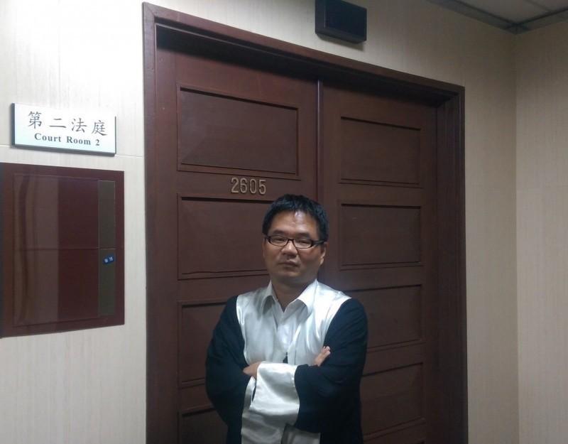 律師林智群(見圖)在臉書上發文想酸中共,沒想到引來不少香港網友嗆聲。(圖擷取自臉書)