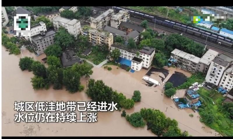 重慶綦江一夜洪水過境,留下逾4萬災民。(圖擷取自網路畫面)