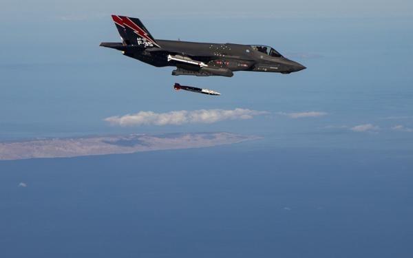 F-35聯合計劃辦公室釋出了一系列照片,展示F-35A測試B61-122戰術核彈的畫面。(照片取自F-35聯合計劃辦公室)