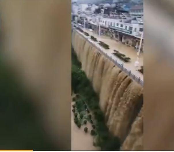 中國貴州遵義、銅仁街道成瀑布。(圖擷取自微博畫面)