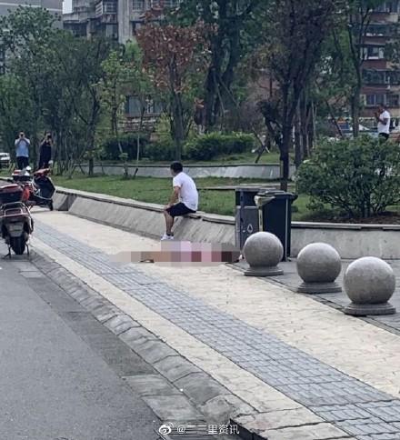 中國四川省成都市一名20歲女子22日在街頭遭男子持刀捅刺,最後倒在血泊中氣絕身亡,路人見狀也不敢靠近,影片流出到網路上引起輿論譁然。(圖擷取自微博)