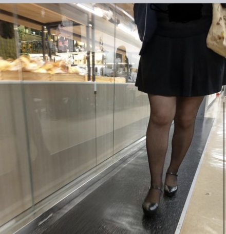 台北市議員陳怡君指出,近來台北市政府大樓內出現偷拍狼,不限角度、在各樓層尾隨女子偷拍大、小腿。(北市議員陳怡君提供)