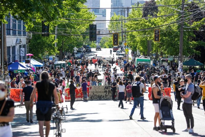 華盛頓州的西雅圖市示威者與警方協商,將國會山街區一帶劃為無政府示威區,但犯罪事件頻仍,市府已決定逐步撤除。(法新社)