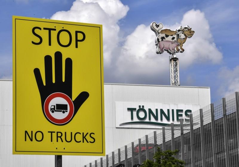 德國北萊茵-西發利亞邦的居特斯洛(Gütersloh)重回封鎖狀態,當地托尼斯(Tönnies)肉品加工廠爆發武漢肺炎群聚感染,已有1331人確診。(美聯社)