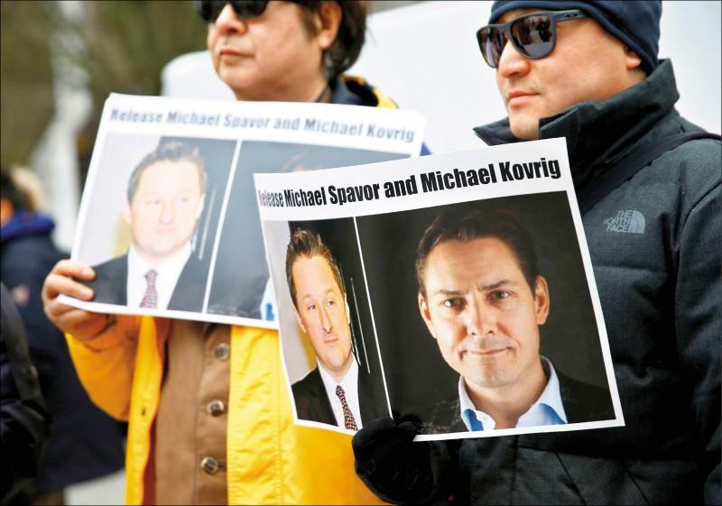 加國卑斯省最高法院去年三月審理孟晚舟引渡案時,民眾到場舉牌聲援淪為「人質外交」犧牲品的史佩弗(左)、康明凱(右),籲中方放人。(路透檔案照)