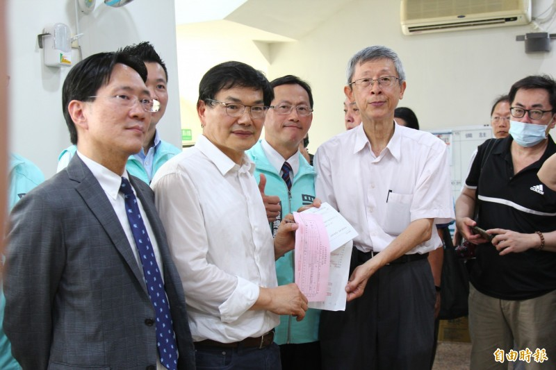 親民黨高市議員吳益政(左二)今代表台灣民眾黨,搶頭香完成高雄市長補選登記。(記者李惠洲攝)