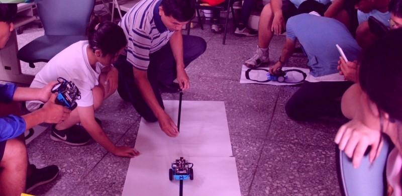 中市聽障生享科技平權!暑假來「FUN開耳朵」玩機器人。(市府提供)