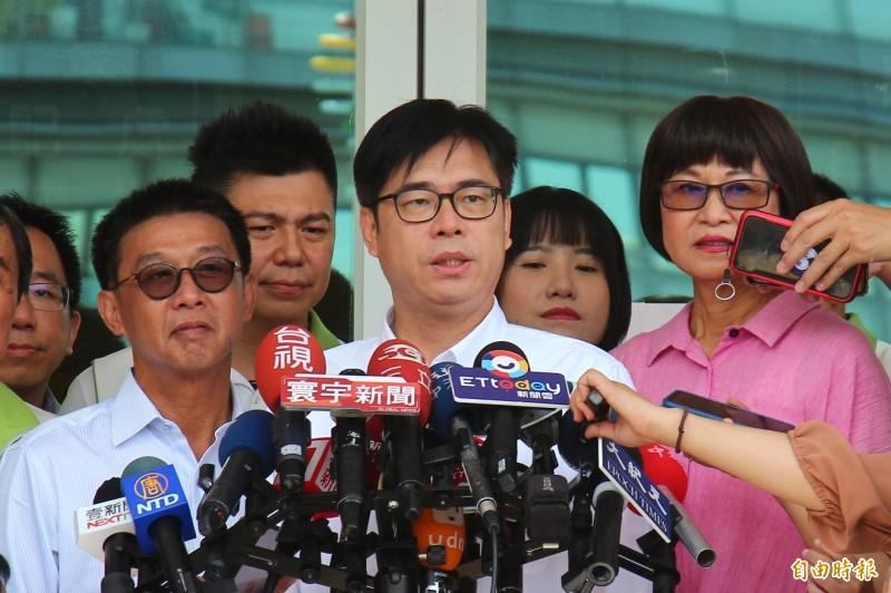 陳其邁前往高雄市選委會,登記參選高雄市長。(記者李惠洲攝)
