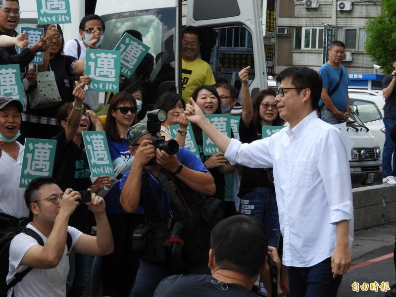 陳其邁登記參選高雄市長,受到支持者熱烈歡迎。(記者葛祐豪攝)