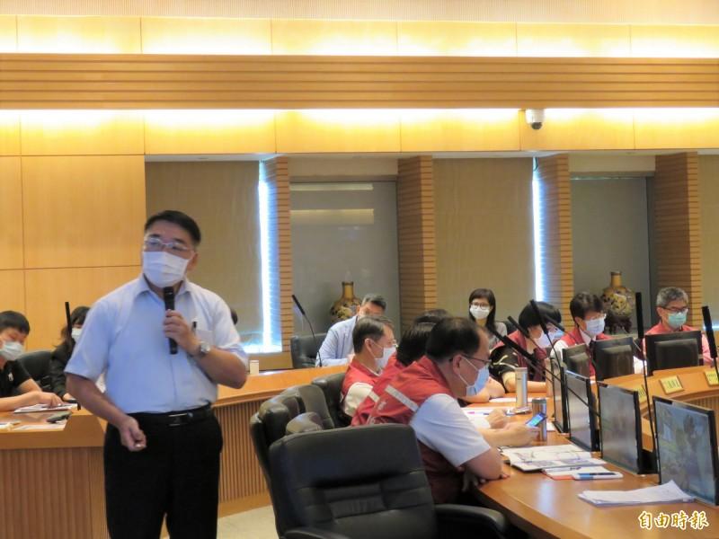 新北市政府養護工程處長馮兆麟今天以「日不落的新北裁縫師」為題在市政會議做專案報告。(記者陳心瑜攝)